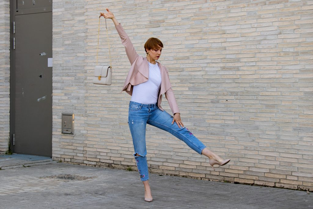 sustylery_style_weisses_t-shirt_basic_kombinieren_denim_jeans