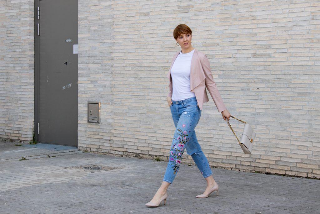 sustylery_style_weisses_t-shirt_basic_kombinieren_heels